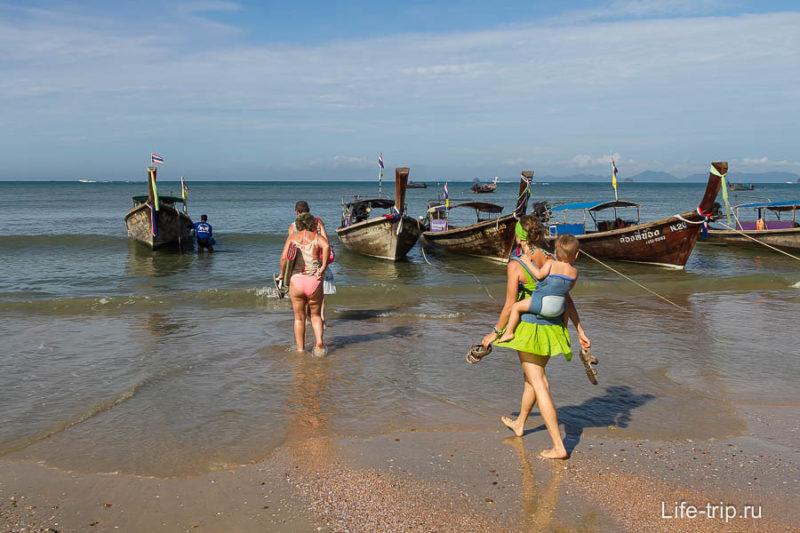 До лодки нужно идти по колено в воде