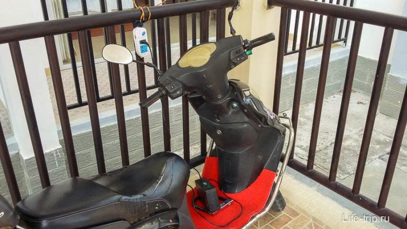 Электрический скутер на подзарядке