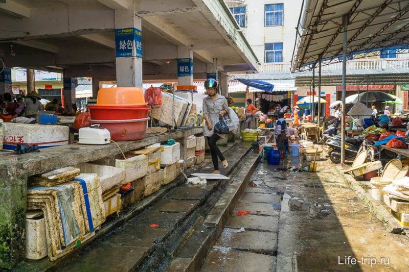 На китайском рынке идешь по помоям