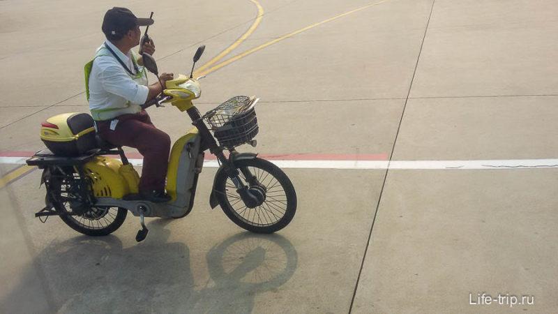 В Санье по аэродрому работники перемещаются на байках