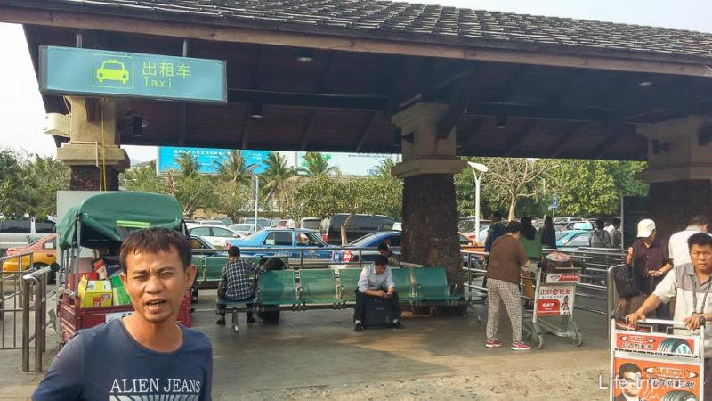 Таксист убеждает меня, что 100 юаней это самое то, хотя на заднем плане стойка с такси по счетчику