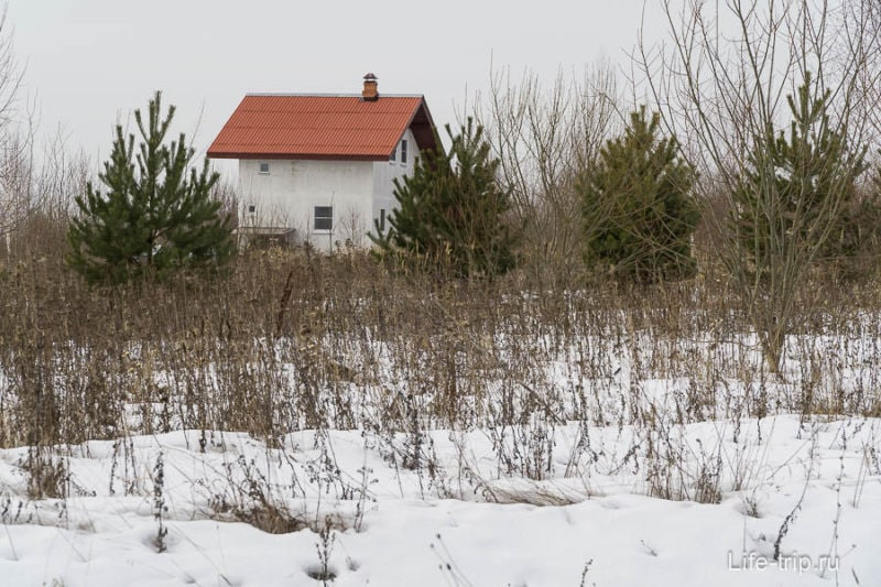 Дома совершенно разные, есть коттеджи, а есть совсем маленькие, в том числе и какие-нибудь саманые