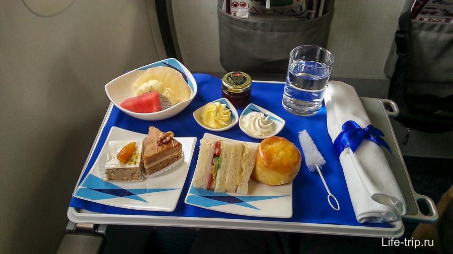 Ланч в бизнес-классе Bangkok Air, в эконом чуть попроще