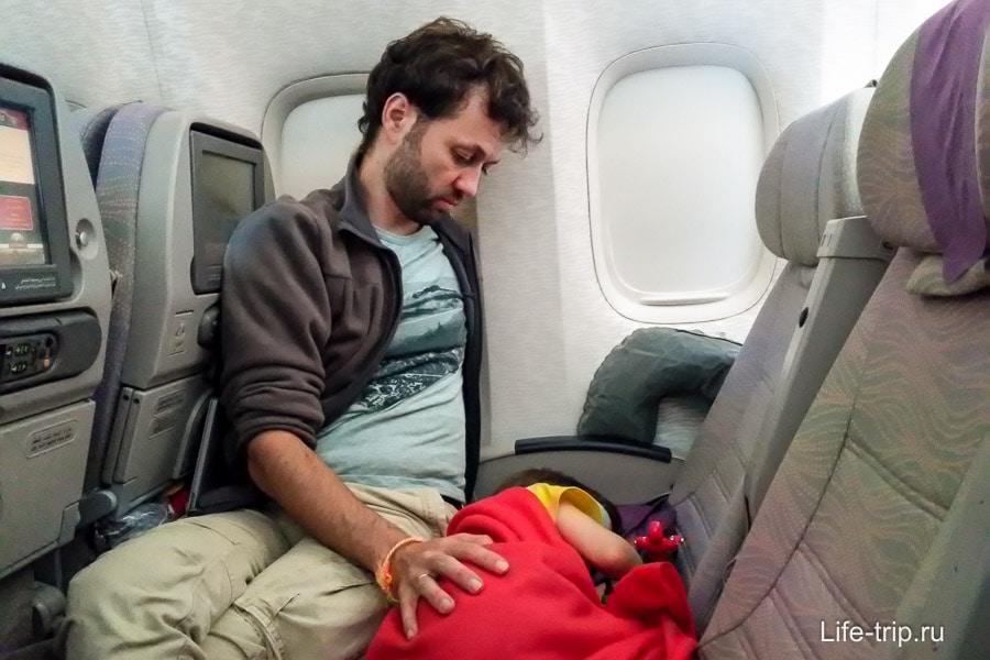 Летим Emirates c пересадкой в Дубае, ребь очень устал
