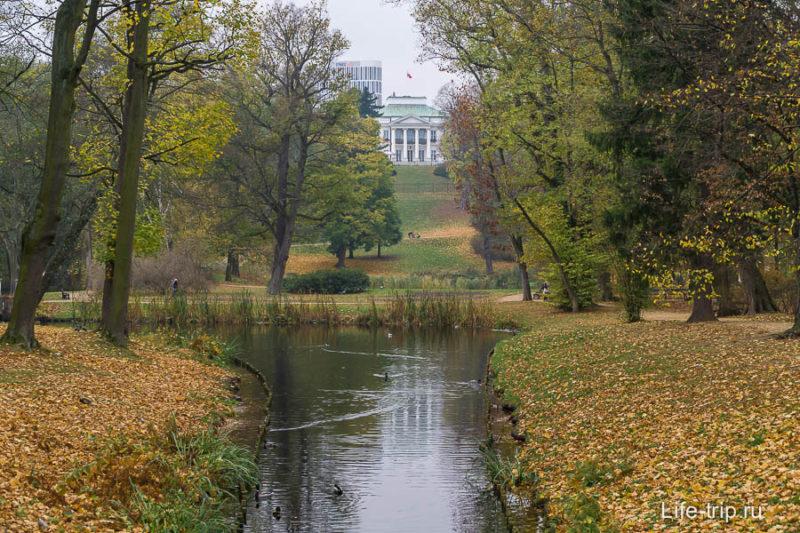 Вдали виднеется Бельведерский дворец
