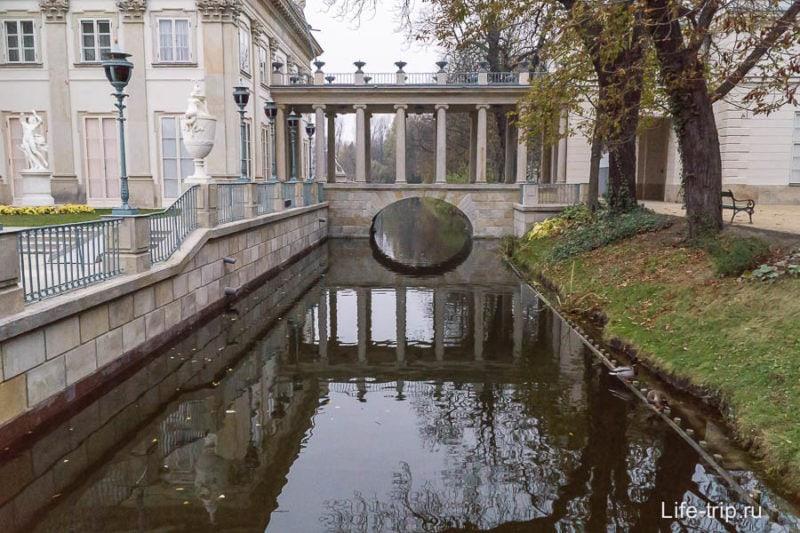 Канал около дворца на воде