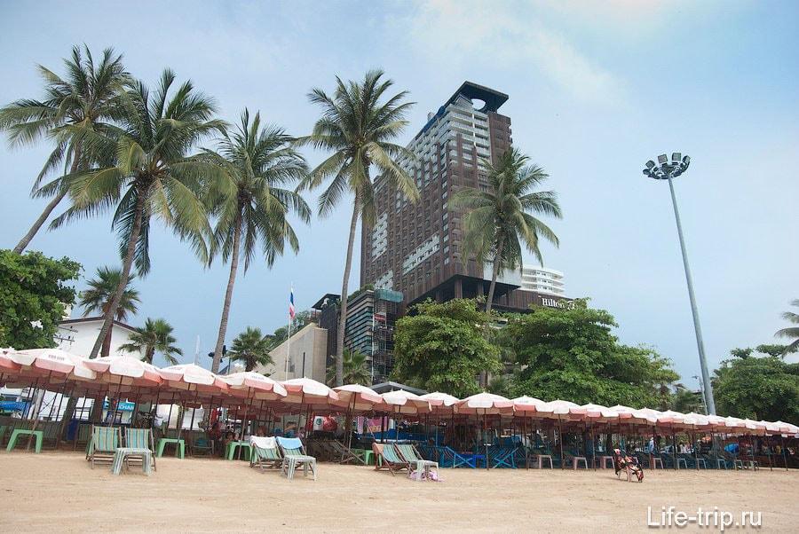 Вид с пляжа на торговый центр Central festival и отель Hilton над ним
