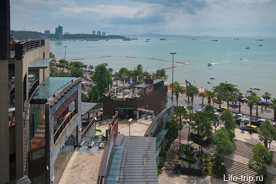 Вид на Паттайя бич из торгового центра Central Festival