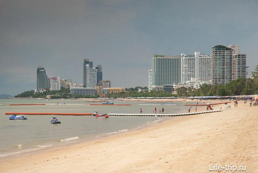 Группа высотных зданий слева это уже пляж Вонгамат в районе Наклыа