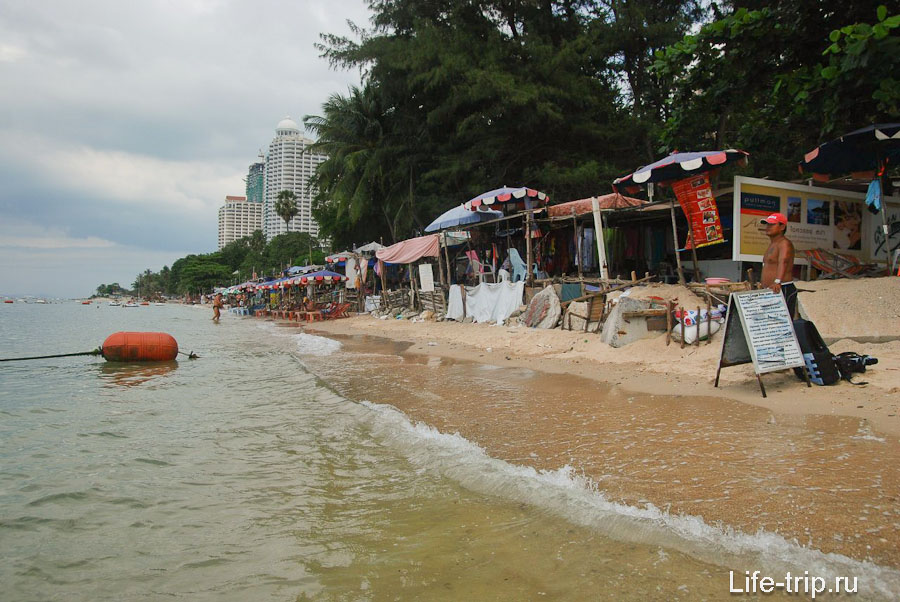 Торговые ряды на пляже Вонгамат