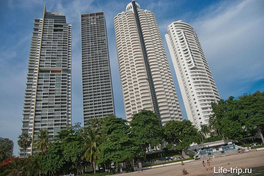 Высотные здания отелей в центральной части пляжа