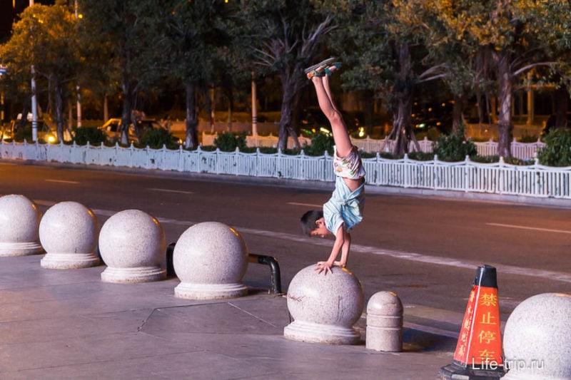 Парень выделывает акробатические трюки