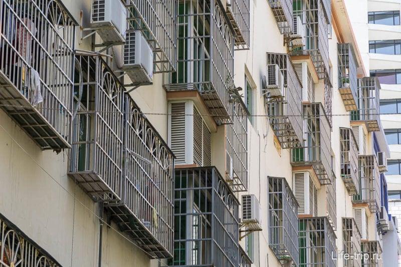 В Санья почему-то очень многие окна закрыты решетками