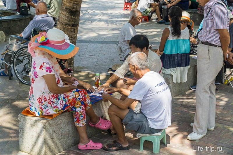 На набережной засилье пенсионеров - эти играют в карты