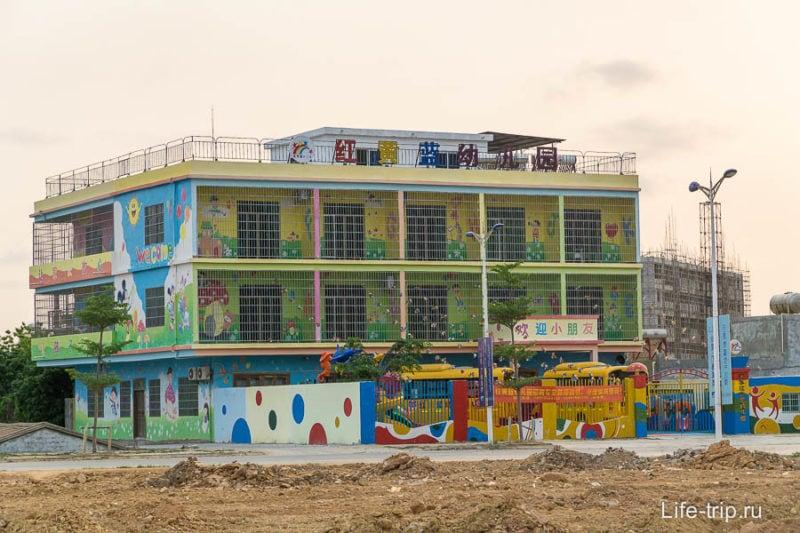 Детский садик за счет решетки похож на тюрьму