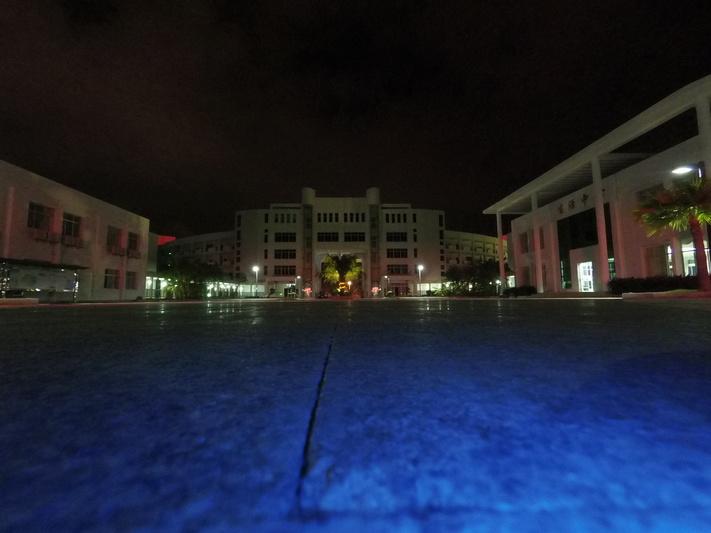 Ночью с пола (синий цвет от индикатора камеры)