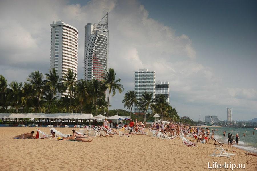 Пляж отеля Амбассадор (Ambassador Beach) - без тени и переполненный