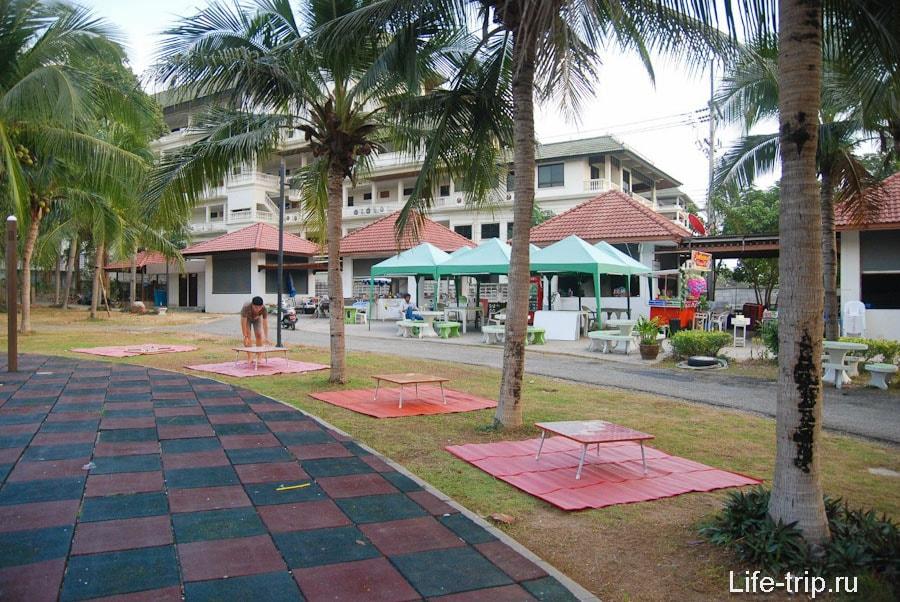 Кафе местной кухни рядом с детской площадкой