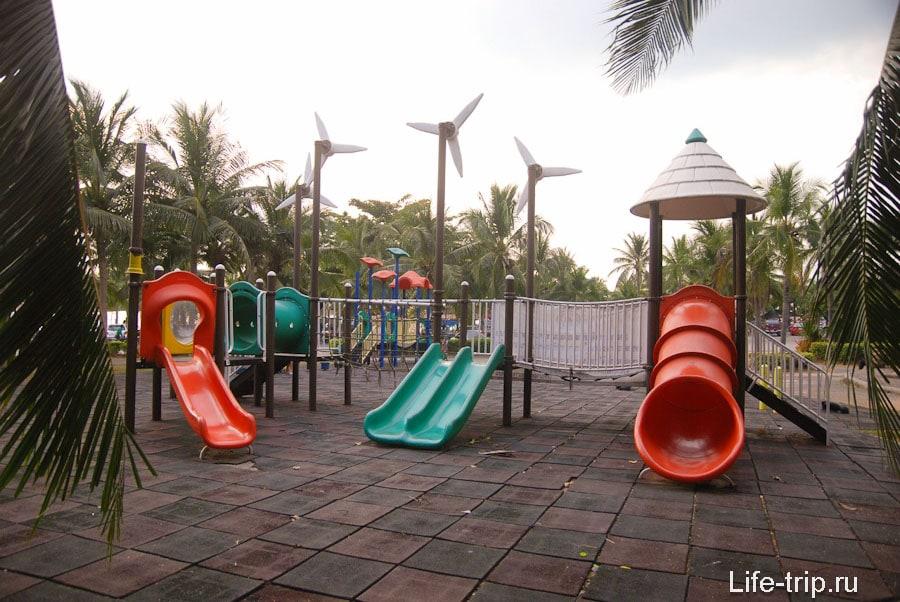 Детская площадка рядом с пляжной парковкой