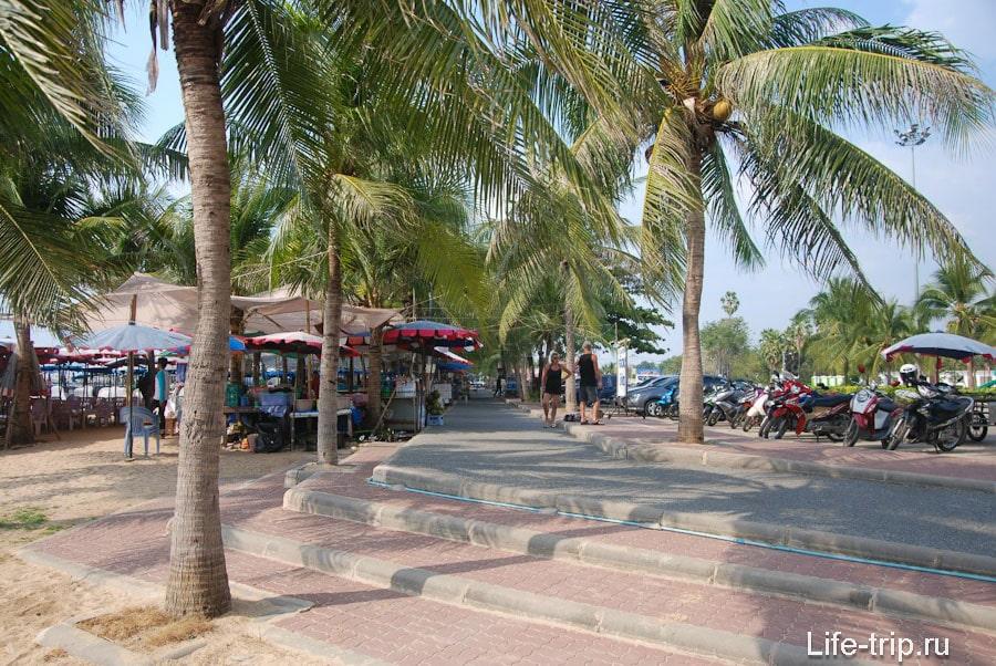 Выход на пляж от парковки и пальмовая аллея