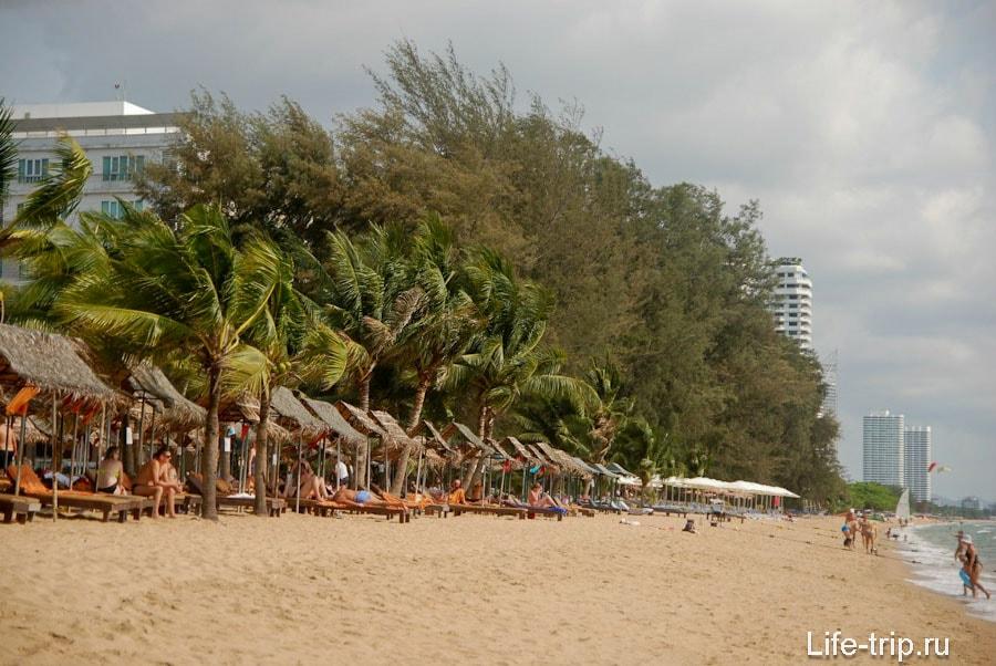 Вид на пляж, в сторону Амбассадора