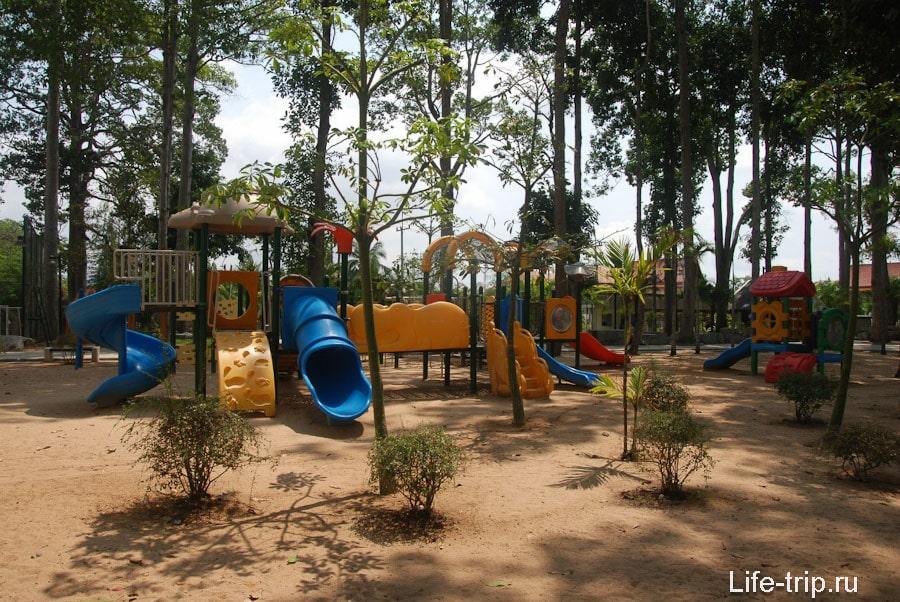 Детская площадка в парке у пляжа