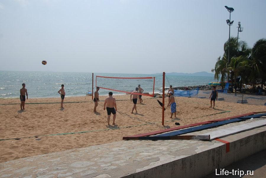 Пляжный волейбол напротив Паттайя Парк