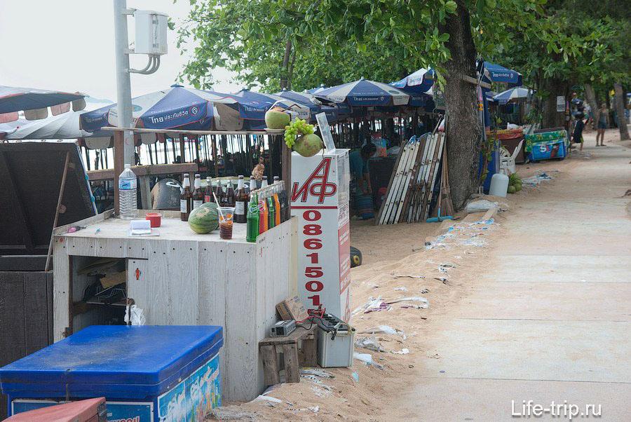 Лотки с напитками между пляжем и тротуаром вдоль дороги