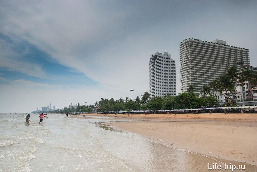 Пляж Джомтьен (Jomtien Beach) — длинный и популярный