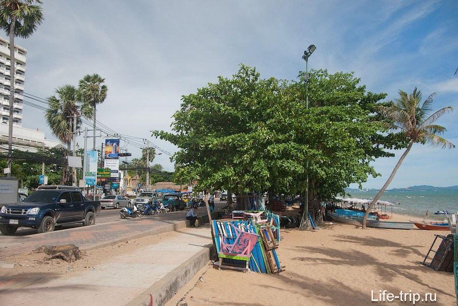 Вдоль пляжа проходит оживленная автомобильная дорога