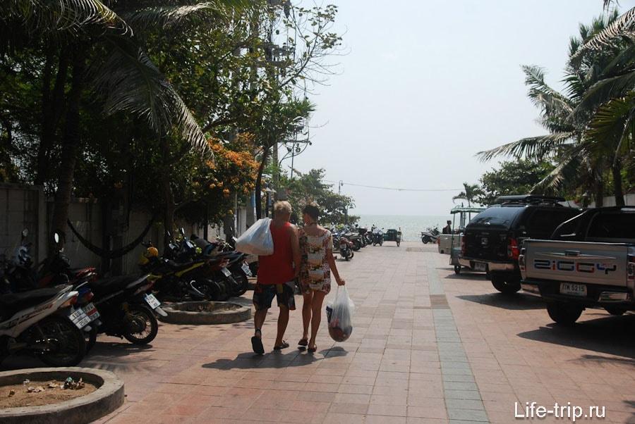 Парковка у пляжа в районе 5-й улицы Пратамнака