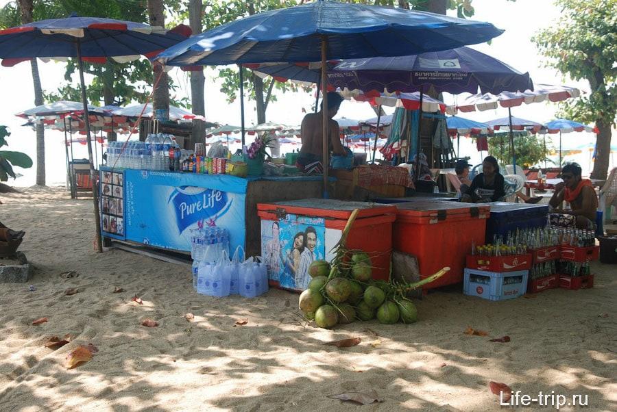 Лотки с напитками на пляже