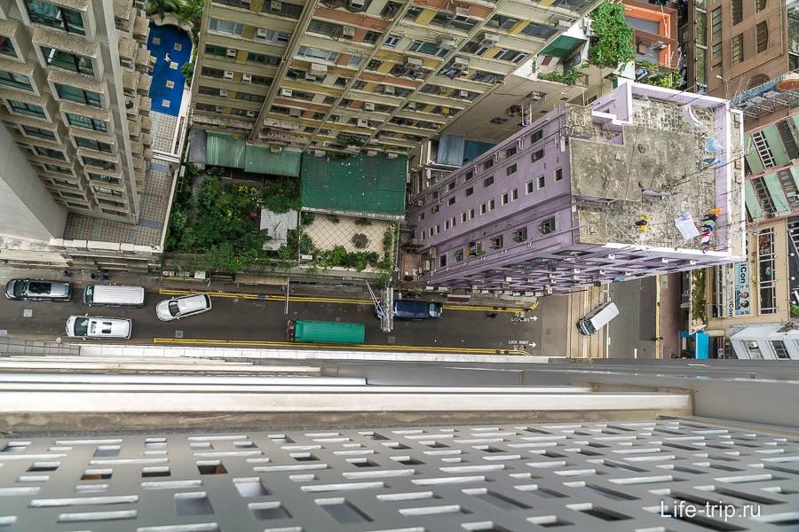 Вид с балкона вниз, 19 этаж