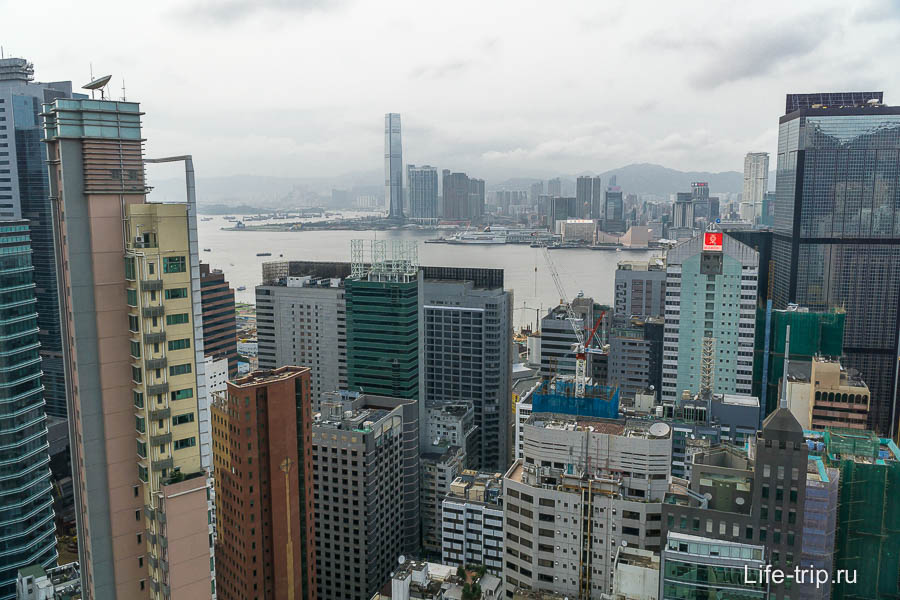 Вид с 44 этажа с крыши - виден пролив