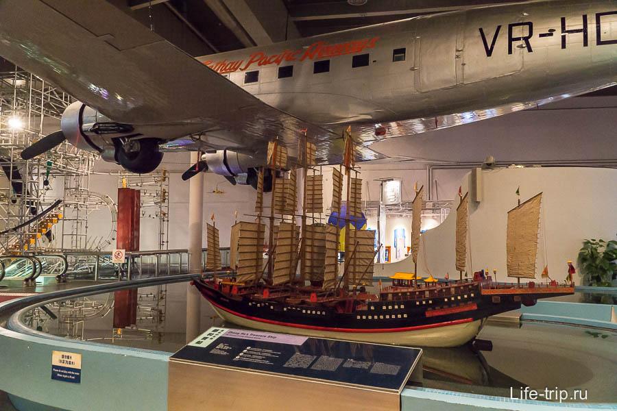 Самолет и макет корабля