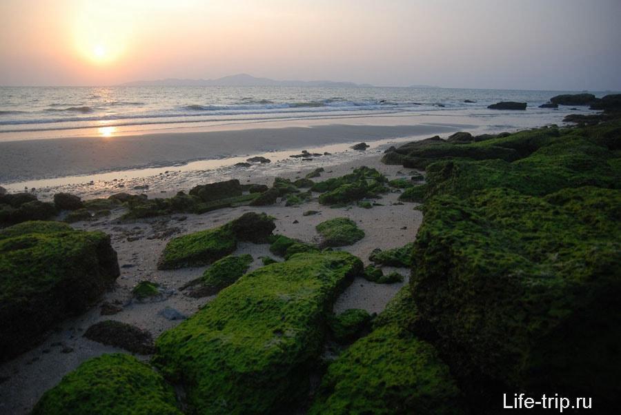 Камни на краю пляжа