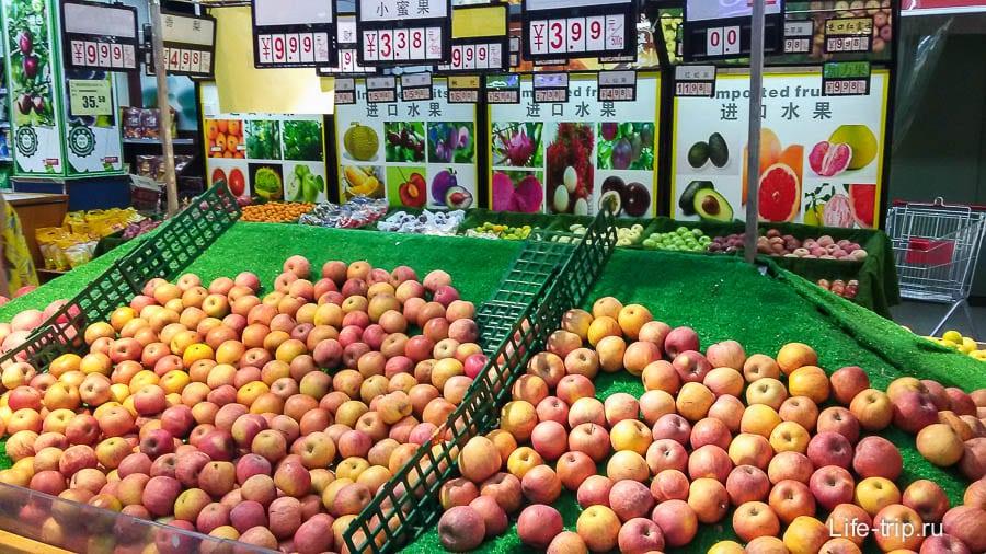 Яблоки стоят в зависимости от размера, большие уже 7-10 юаней