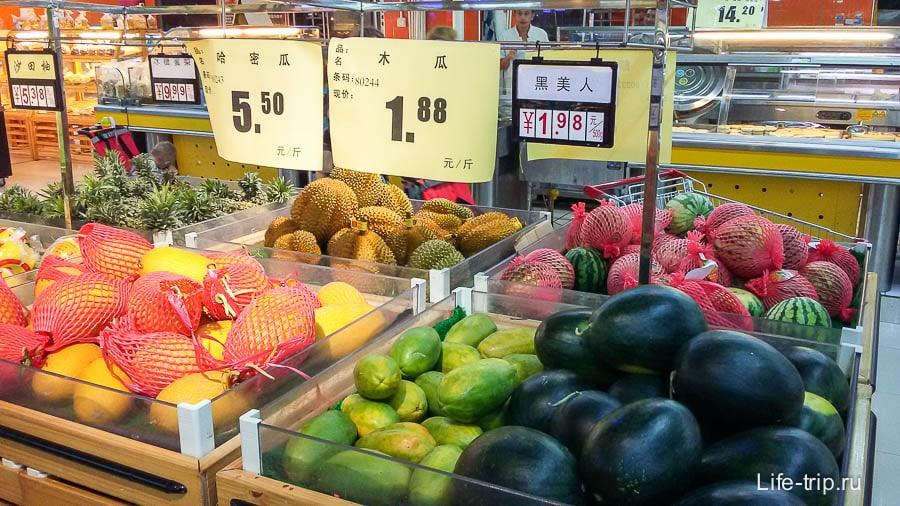 Слева направо - дыни, папайя, арбузы
