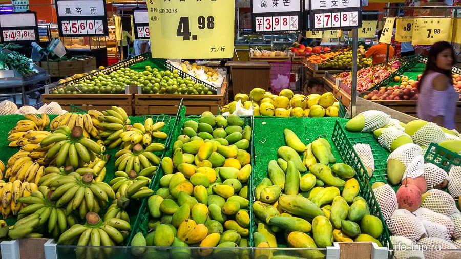 Слева бананы, справа манго