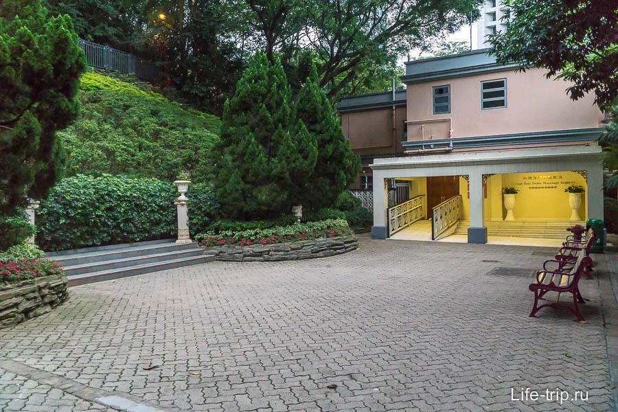 Гонконгский ЗАГС находится внутри парка