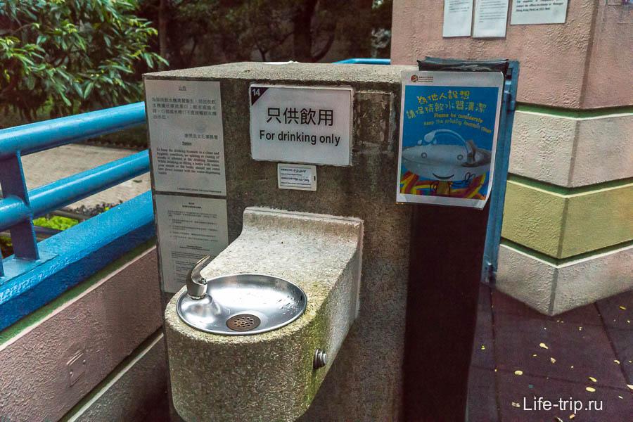Около детской площадки есть вода и туалет