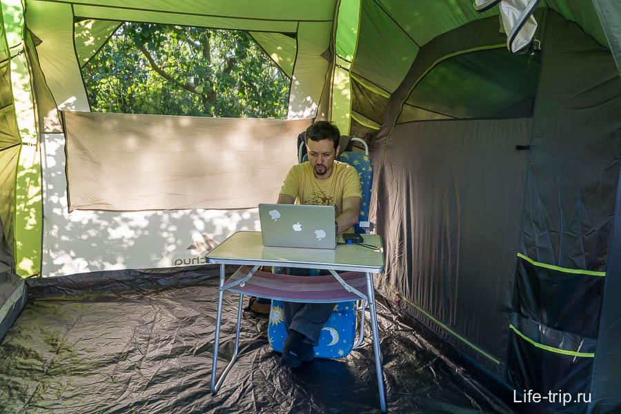 Тамбур отличное место для работы летом, был бы интернет и электричество