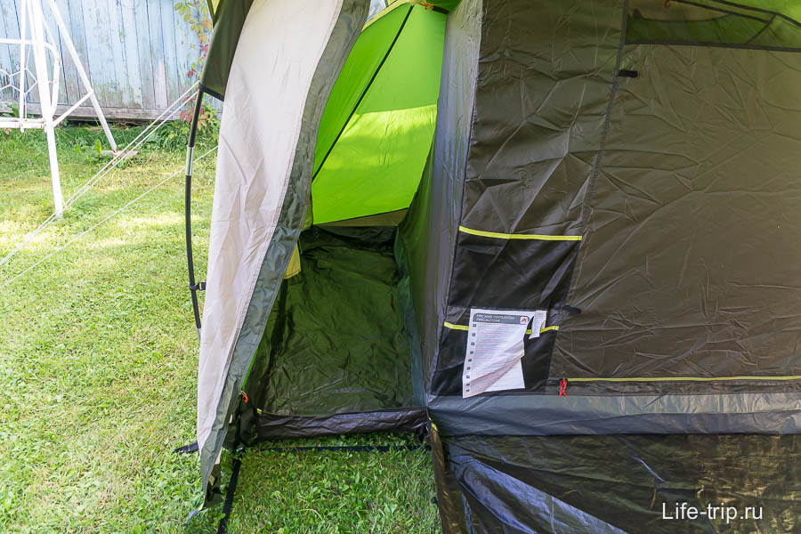 Сбоку у каждой внутренней палатки мини-тамбур