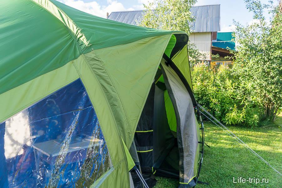Над входом есть козырек, но сама дверь козырьком не становится, как в других палатках