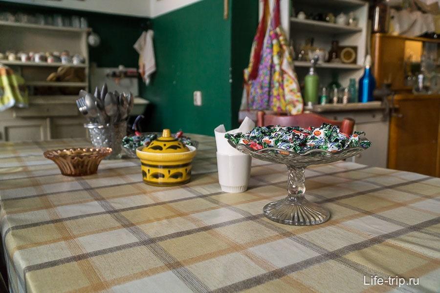 На столе можно угощаться конфетами и печеньем