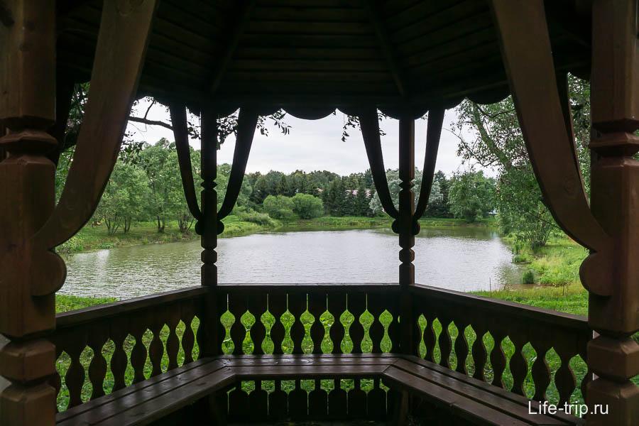 Беседка с видом на озеро