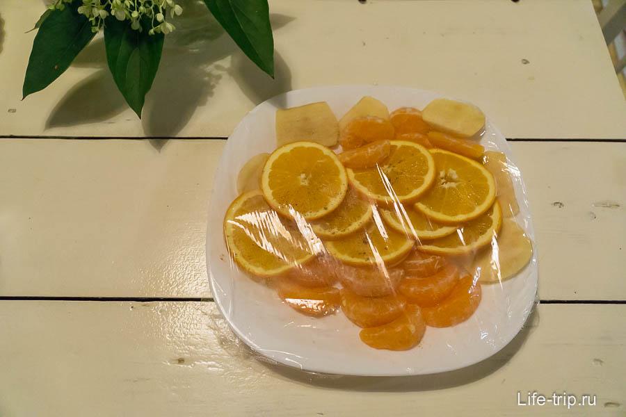 В холодильнике нас ждала тарелка с фруктами