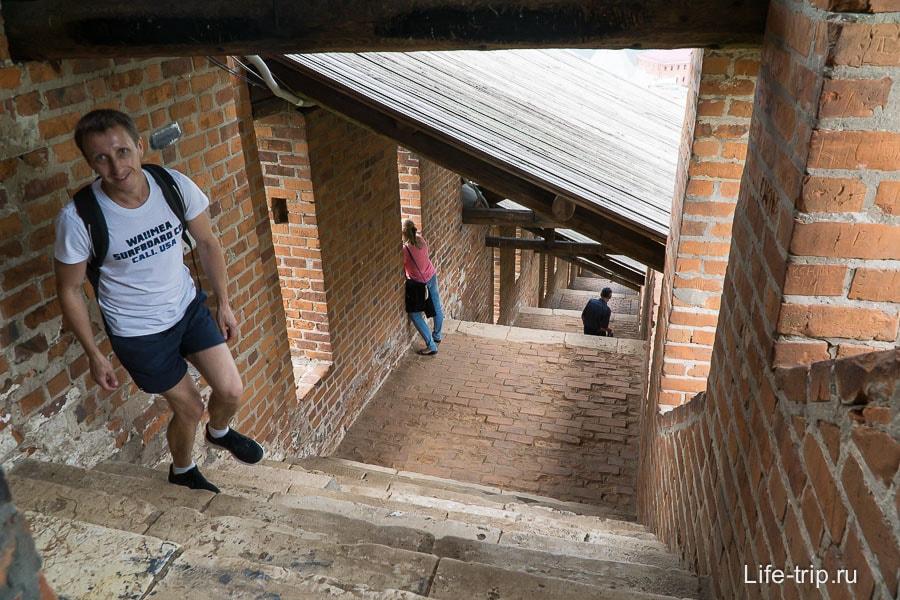 Лестница с высокими ступенями - стена уходит вниз