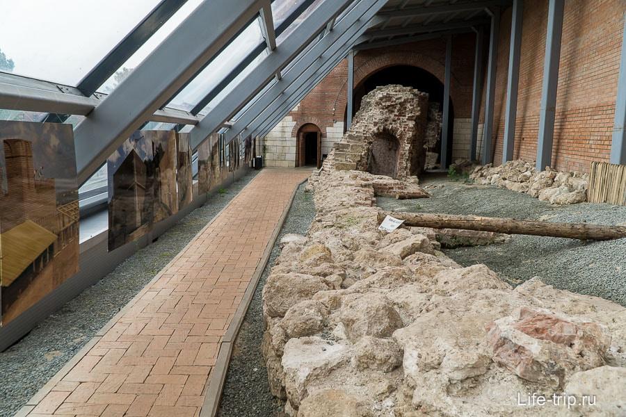 Старую разрушенную стену оставили под крышей для всеобщего обозрения