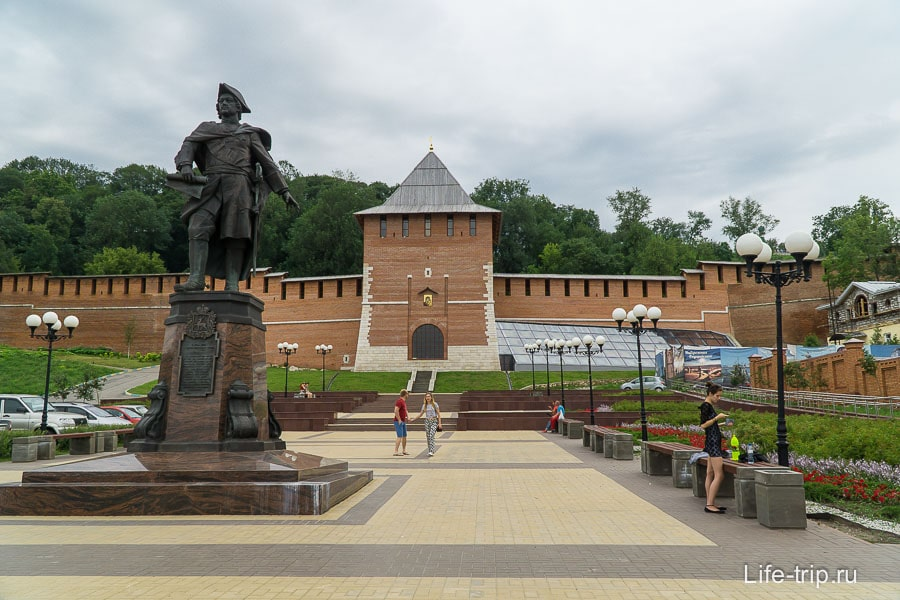 Кусок новой стены и Зачатская башня